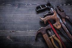 L'annata ha arrugginito costruzione c del martello da carpentiere delle pinze delle pinze della sega a mano Fotografie Stock