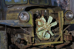 L'annata ha arrugginito vista frontale del primo piano del camion Fotografie Stock