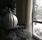 L'annata ha decorato l'albero di Natale con l'ornamento di natale colorato argento Immagine Stock Libera da Diritti