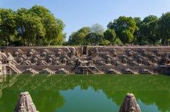 L'annata ha elaborato le progettazioni sulle rocce al tempio Modhera, Ahmedaba di Sun Immagine Stock Libera da Diritti