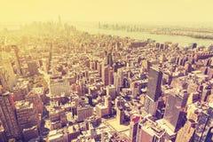 L'annata ha filtrato l'immagine del tramonto sopra Manhattan, U.S.A. fotografia stock libera da diritti