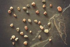 L'annata ha filtrato le pietre sul fondo scuro dell'ardesia di lerciume Fotografia Stock Libera da Diritti