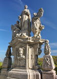 L'annata ha scolpito la statua di pietra grigia sui precedenti di cielo blu Immagini Stock Libere da Diritti