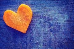 L'annata ha stilizzato il cuore fatto della carota sul fondo di lerciume fotografie stock