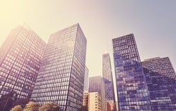 L'annata ha stilizzato la foto dei grattacieli in Chicago contro il sole Immagine Stock