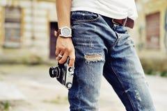 L'annata ha stilizzato la foto della mano del fotografo della giovane donna con Immagine Stock