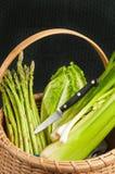L'annata ha tessuto il canestro a lamella delle verdure nazionali organiche Immagini Stock Libere da Diritti
