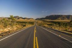 L'annata ha tonificato la lunga strada del deserto appena prima l'alba, concetto di viaggio, Brasile Immagine Stock