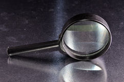 L'annata ingrandice la lente di ingrandimento di vetro Immagine Stock
