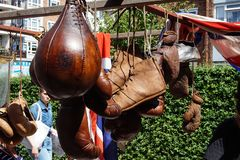 L'annata mette in mostra gli oggetti nel mercato di Portobello immagine stock libera da diritti