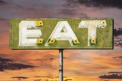 L'annata sbiadita mangia il tramonto del segno Immagine Stock Libera da Diritti
