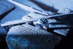 L'anneau argenté avec une pierre précieuse est maintenu en menuiserie d'étau Images libres de droits