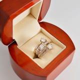 L'anneau d'or avec des diamants Images stock