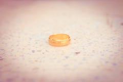 L'anneau d'or d'amour a mis le style dessus rectifié de vintage Photos libres de droits
