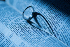 L'anneau d'or fait l'ombre en forme de coeur dans le livre Images stock