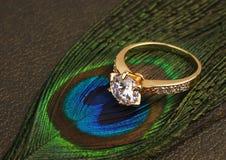 L'anneau de bijoux avec le grand diamant sur l'obscurité fait varier le pas du fond Images stock