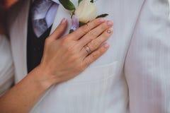 L'anneau de la main et de mariage de la jeune mariée Image libre de droits