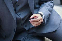 L'anneau de mariage est préparé pour la jeune mariée Photo libre de droits