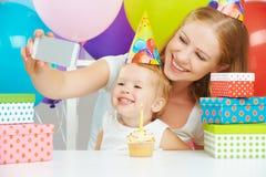 L'anniversaire des enfants heureux Selfie Famille avec des ballons, gâteau, cadeaux photographie stock libre de droits