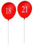 L'anniversaire monte en ballon 18 et 21, rouge d'isolement au-dessus du blanc Images stock