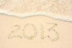 L'anno 2013 scritto in sabbia sulla spiaggia Fotografie Stock Libere da Diritti