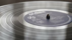 L'annotazione di vinile sulla fine del giradischi della piattaforma girevole del DJ su video d archivio