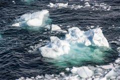 L'Antarctique - morceaux de glace de flottement Photographie stock