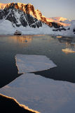 l'Antarctique - Sun de minuit dans la Manche de Lamaire Photos stock