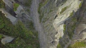 L'antenna, cima giù osserva, formazioni dei culmini di Putangirua in Nuova Zelanda video d archivio