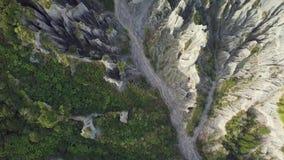 L'antenna, cima giù osserva, formazioni dei culmini di Putangirua in Nuova Zelanda stock footage