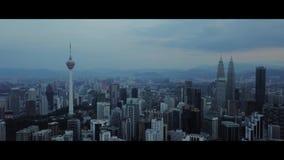 L'antenna della vista di mattina all'orizzonte di Kuala Lumpur con la costruzione di KLCC ed i chilolitri si elevano stock footage