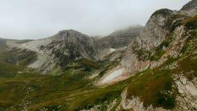 L'antenna di bella catena montuosa sorvola le alte rocce epiche delle scogliere Fondo di bellezza del paesaggio della natura Elev archivi video