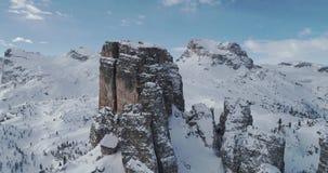 L'antenna di orbita intorno alla neve rocciosa maestosa di Cinque Torri monta Giorno soleggiato con il cielo nuvoloso Alpi dell'i archivi video