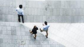 L'antenna di vista superiore della gente di affari cammina in via pedonale Fotografie Stock