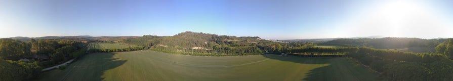 L'antenna 360 gradi di panorama sopra le colline ed il polo sistema al tramonto fotografia stock