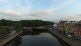 l'antenna 4k di St Petersburg con la vista sul fiume di Fontanka e l'estate fanno il giardinaggio stock footage