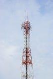 L'antenna radiofonica ed il satellite della telecomunicazione si elevano con un sunlig Fotografia Stock