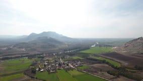 L'antenna sorvola il tiro del villaggio sulla campagna in Turchia video d archivio