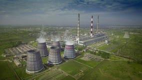 L'ANTENNA sorvola la grande pianta della cogenerazione della centrale elettrica CHPP del carbone stock footage