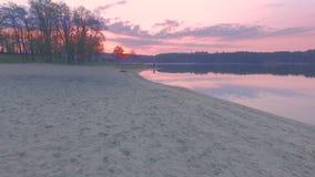 L'antenna sorvola la spiaggia al tramonto archivi video