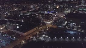 L'antenna, vie della città illuminate alla notte, inclinazione ha sparato 4k archivi video