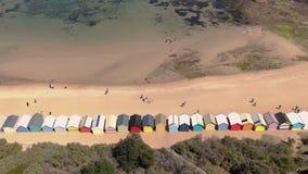 L'antenne de Brighton Bathing Boxes à Melbourne faisant face à la mer, chariot est partie du mouvement banque de vidéos