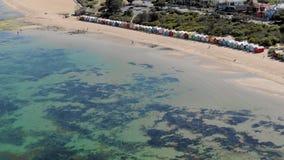 L'antenne de Brighton Bathing Boxes à Melbourne de l'océan, indiquent le tir banque de vidéos