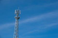 L'antenne de communications est dans le ciel Image stock