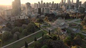 L'antenne du tombeau de l'horizon de souvenir et de Melbourne au coucher du soleil, écartent le chariot et l'inclinaison clips vidéos