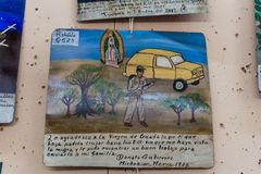 L'ANTIGUA, GUATEMALA - 26 MARS 2016 : Lame de Retablo, peinture de dévotion d'un art populaire mexicain Il remercie la Vierge De photographie stock