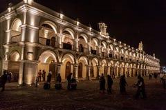 L'ANTIGUA, GUATEMALA - 26 MARS 2016 : Vue de nuit de Palacio de los Capitanes Generales dans la ville de l'Antigua Guatemala images stock