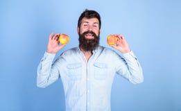 L'antiossidante delle mele compone le indennità-malattia responsabili Scelta nutrizionale Uomo con la frutta della mela della ten fotografie stock libere da diritti