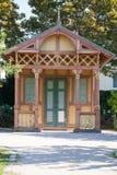 L'antiquité a décoré la hutte en bois de jardin images libres de droits