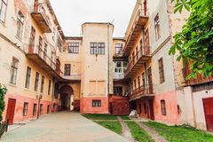 L'antiquité a gercé cour d'Arhitecture de vintage d'Orande la vieille avec le balcon, modifié la tonalité Images stock